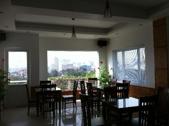 Hanh Dat Hotel Hue: The hotel restaurant with views over Hue