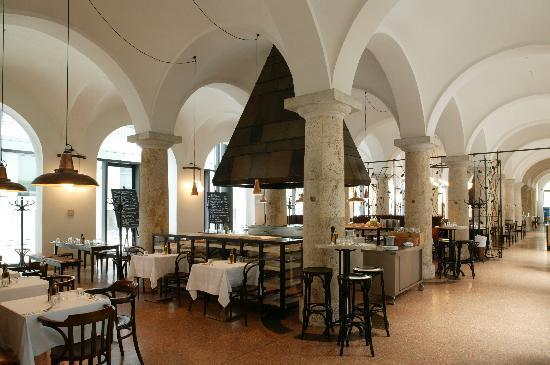 Köche und Küche öffentlich interaktiv inszeniert... - Bild von Brenner Grill, München - TripAdvisor
