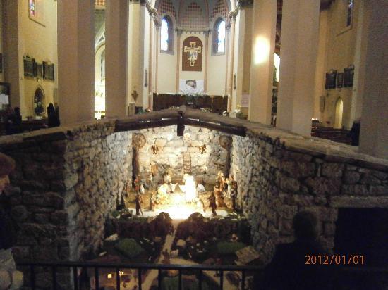 """Interno del Santuario di Rivotorto e """"Sacro Tugurio"""" con Presepe"""