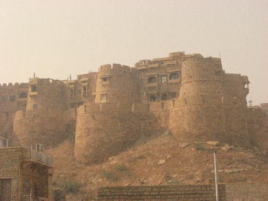 Hotel Jeet Mahal: jaiselmer castle from the roof of the Jeet Mahal
