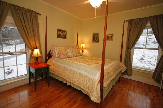 Beal House Inn: The Garden Room Suite. Four Poster Queen size bed, 2 person jet tib, fireplace.