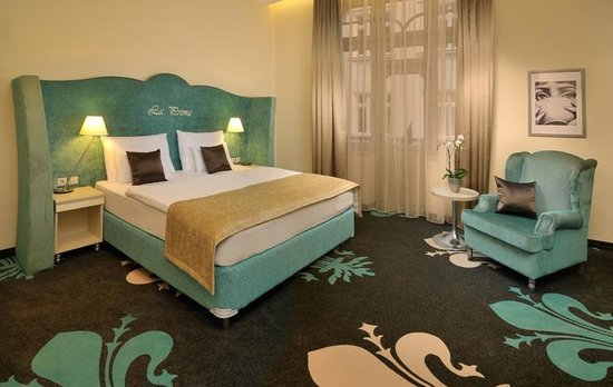 La Prima Fashion Hotel: Our spacious light and warm room
