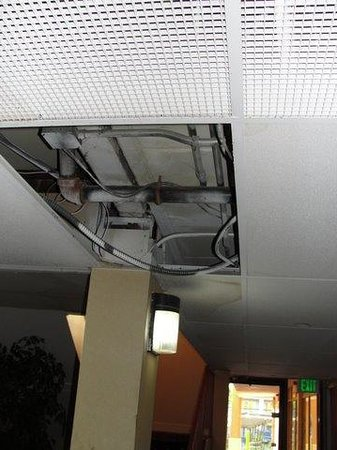 Midtown Inn and Suites: exposed wires in hallway