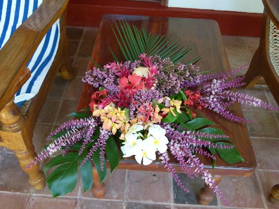 Dalmanuta Gardens - Ayurvedic Resort & Restaurant: Flower Decoration at room / terasse