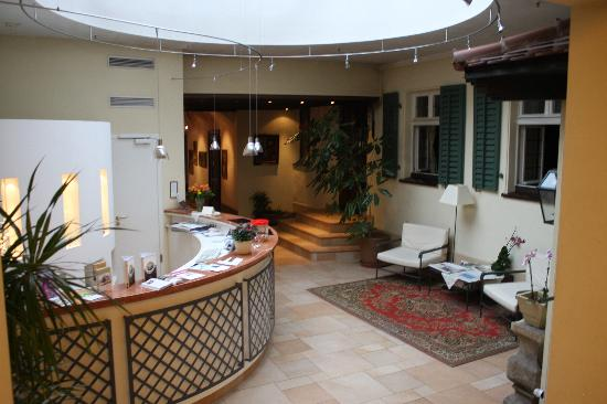 Romantik Hotel Weinhaus Messerschmitt: Entry way/check in-out