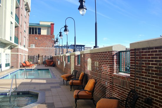 hilton garden inn savannah historic district pool and jacuzzi area - Hilton Garden Inn Savannah