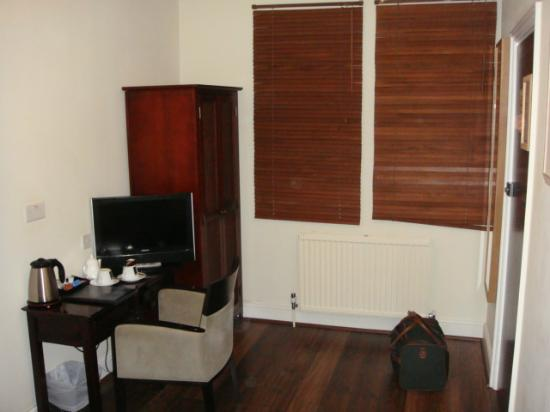 Savoro Restaurant with Rooms: Wardrobe & table