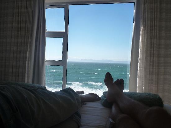 Whalesong Lodge: Meerblick vom Bett