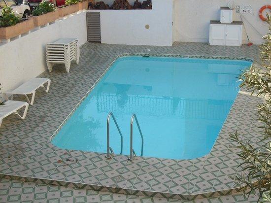 Apartments Peru: Pool mit Liegen ohne Auflagen