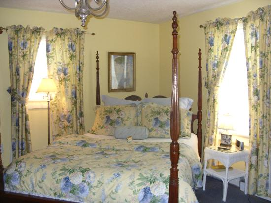 The English Inn: Sunny yellow and blue colors are the decor in the Cotswold room