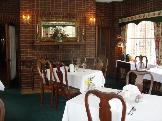 The English Inn: Loved all the antiques in breakfast dining room