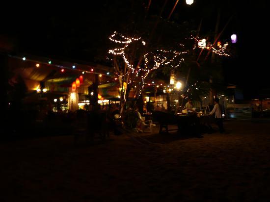 Lanta Pavilion Resort: Voorkant resort in het donker.