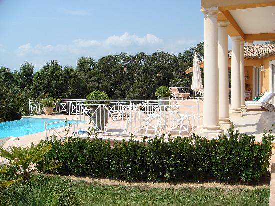Le Jardin de La Tarentane terrasse et piscine - Bild von Chambres d ...