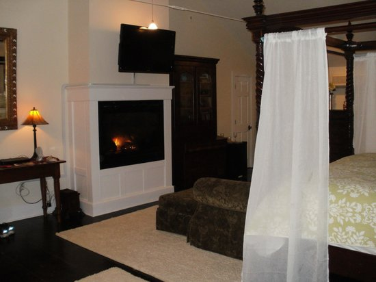 Buttermilk Falls Inn & Spa: Grand Laurel With Fire Place
