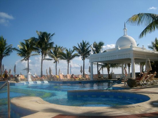 Hotel Riu Palace Las Americas: View from the pool (pool swim up bar on the left)