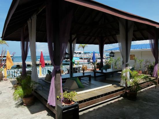 ลารีนารีสอร์ทบายเดอะซีเกาะล้าน: Dining/ lounge area