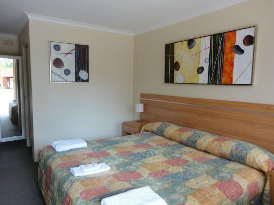 3 Sisters Motel: room 8