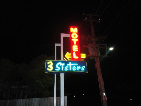 3 Sisters Motel: hotel sign