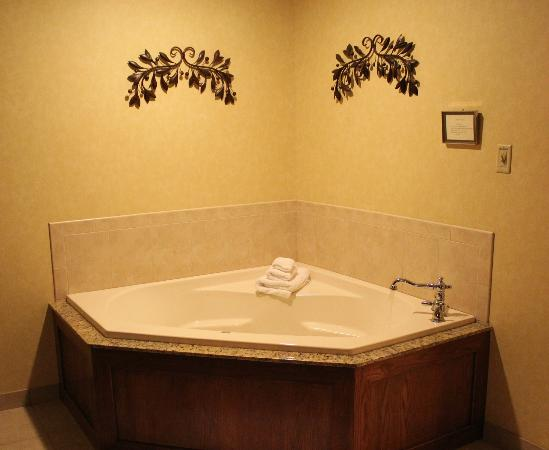 Best Western Plus Ticonderoga Inn & Suites: the in-room whirlpool
