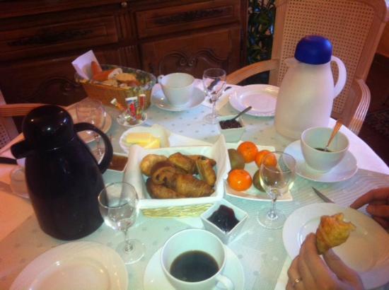Le Colombier Hotel-Restaurant : le petit déjeuner, croissants et pains au chocolat qui sortaient du four