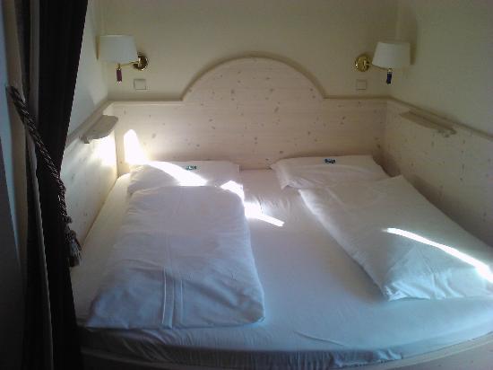 Hotel  Post Victoria: Strano letto..non si fugge! eheheh!!