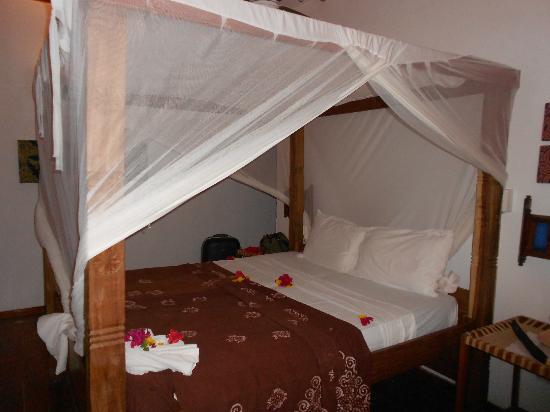 Hakuna Majiwe Beach Lodge: Letto a baldacchino