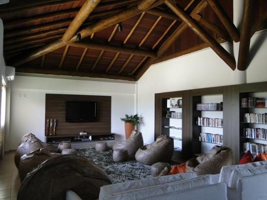 Barra de Sao Miguel: Maravilhosa sala de leitura e tv do hotel gungaporanga