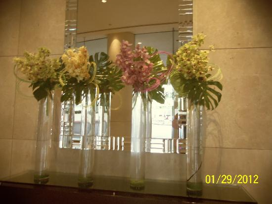The Beverly Hilton : Freshcut flowers in the lobby