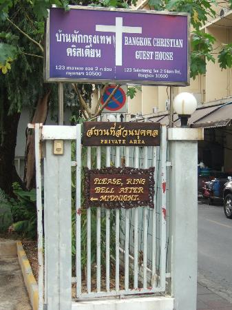 Bangkok Christian Guest House: Signpost to guesthouse