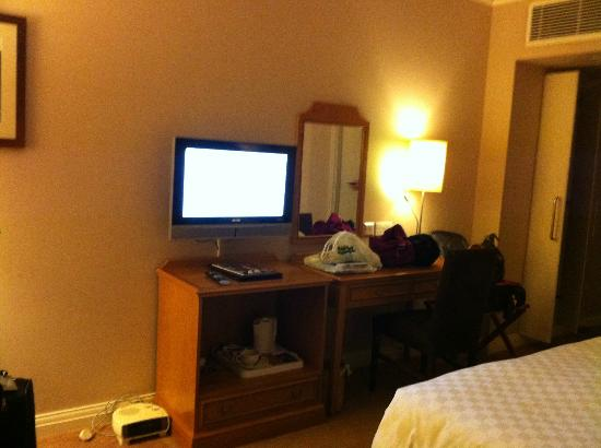 The Coach and Horses : flat screen television, desk, chair, tea kettle, cups