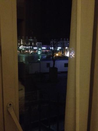 Hotel 't Zand: 部屋の窓から、噴水の広場