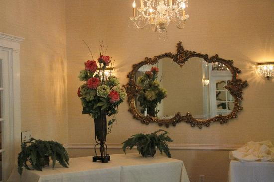 Trellises Garden Grille: Chandeliers, flowers and ornate mirrors are part of the private room