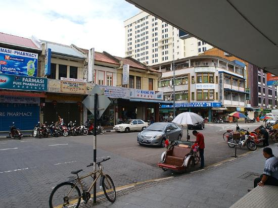 Oriental Hotel: 玄関を出たらショッピングや飲食店のある便利な場所です