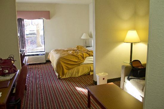 Comfort Suites At North Point Mall: Room about to leave