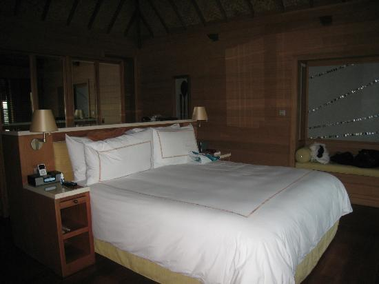Four Seasons Resort Bora Bora: comfy king bed