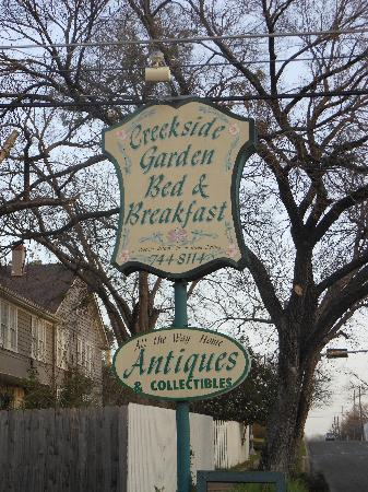 Creekside Garden Bed and Breakfast: Cheerful sign out front!