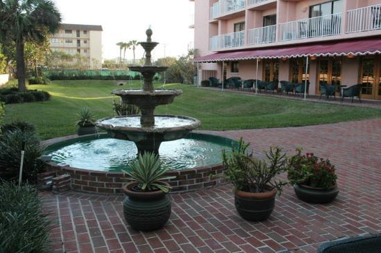Inn at Cocoa Beach: Fountain, Looking Toward Breakfast Area