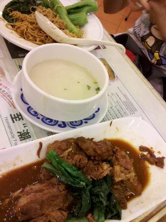 Tsui Wah Restaurant: Braised pork (foreground), dry noodles (background)