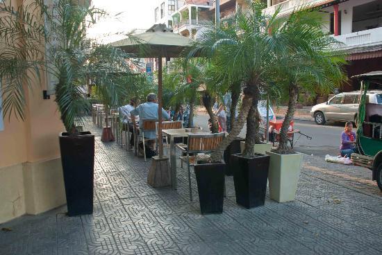Cafe Fresco: Outdoor seating