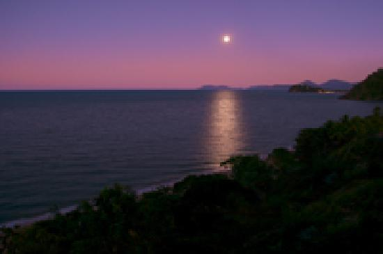 Amaroo at Trinity: Moon rise over Trinity Beach