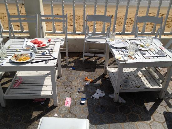 Royal Hotel & Healthcare Resort Quy Nhon : Food lying in the mid-day sun from previous night's BBQ.
