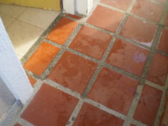 Hosteria El Morro: L'acqua che dai muri grondava sul pavimento e da qui usciva dalla stanza passando sotto la porta