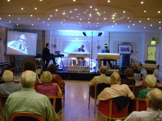 TLH Victoria Hotel: Concert time (electronic organs)