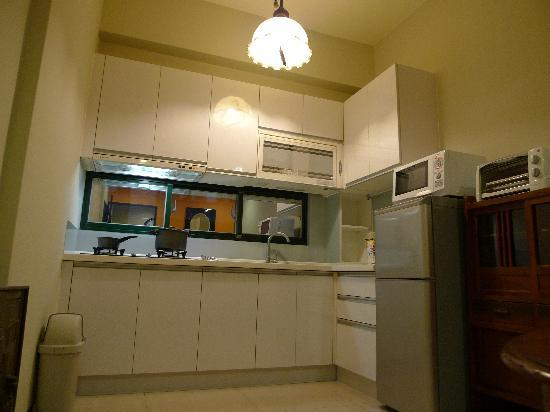 Deb's Business Serviced Apartment : Full fitted kitchen makes you feel like home