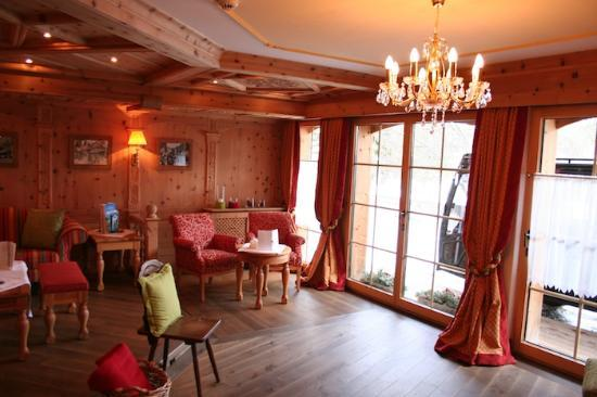 Allalin Swiss Alpine Hotel : The front room where you can have tea/coffee and a snack.