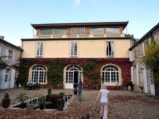 Chateau de Pitray: The chateau, yardside