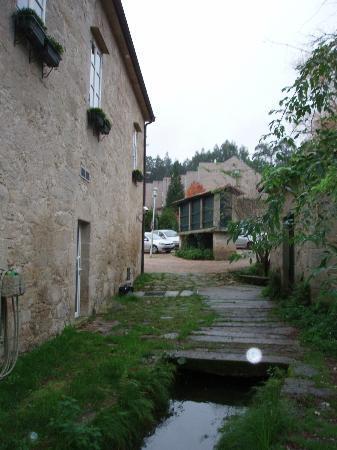 Hotel Spa Relais & Chateaux A Quinta da Auga: Lateral del hotel y aparcamiento