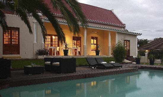 Cape Diem Lodge: Pool & Garden by early night