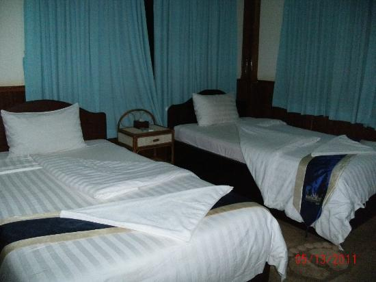 Siem Reap Garden Inn: Twin room... we had a TV and a vanity table.