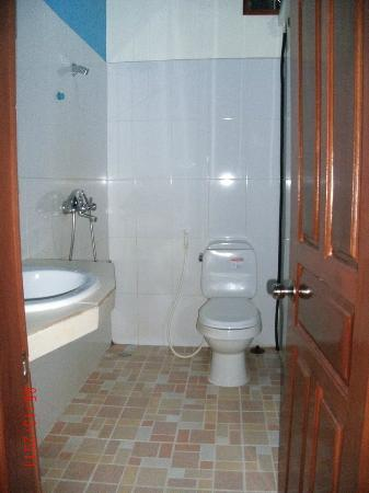 Siem Reap Garden Inn: Clean bathroom with heater and strong water. Basic toiletries provided.